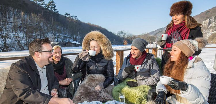 [Translate to English:] Meeting im Winter auf der Panoramaterrasse